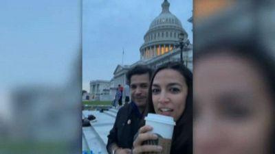 Usa, Ocasio Cortez passa la notte al Campidoglio: no agli sfratti