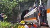 Taiwan, treno deraglia in galleria: almeno 36 morti, molti feriti