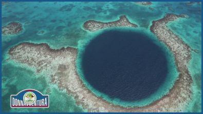 Il Great Blue Hole nel Belize, un'incredibile formazione carsica.