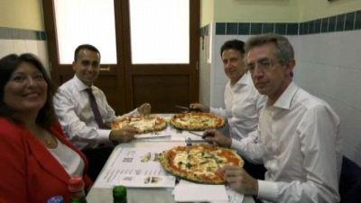 Conte, Manfredi e Di Maio mangiano in una pizzeria di Napoli