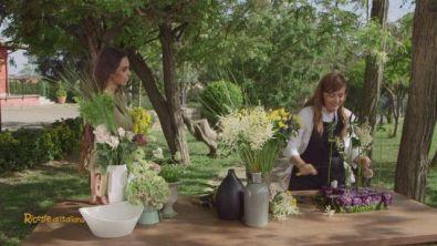 Un centrotavola col cavolo viola e tanti fiori