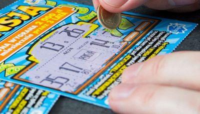 Vince 26 milioni, ma perde il biglietto in lavatrice: l'incredibile storia