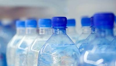 Gli ingredienti inaspettati in una bottiglia d'acqua