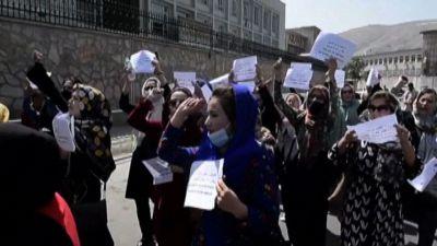 A Kabul la protesta delle donne in piazza contro i talebani