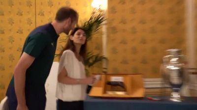 Virginia Raggi incontra la Nazionale: chiacchiere con i giocatori e foto con la coppa