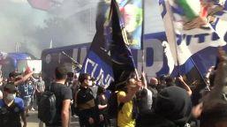 Festa Inter, delirio a San Siro: cori e fumogeni accolgono il pullman della squadra