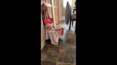 La neonata gira per casa a cavallo di una aspirapolvere