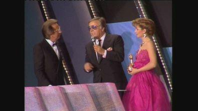 Telegatti 1985, Gianfranco Funari premiato da Mike Bongiorno