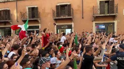 Europei, il pullman degli azzurri fiancheggiato da centinaia di tifosi a Roma