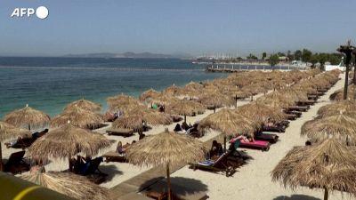 Grecia, riaprono le spiagge e si riempiono di bagnanti