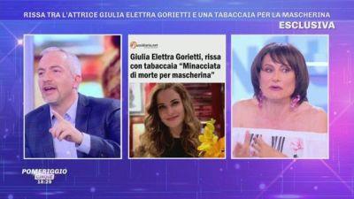 Rissa tra l'attrice Giulia Elettra Gorietti e una tabaccaia per la mascherina