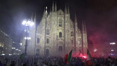 Europei: in migliaia in Duomo a Milano per festeggiare, transenne scavalcate