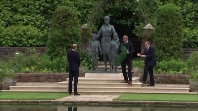 William e Harry svelano insieme la statua di Diana