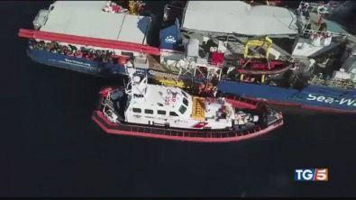 Sequestrata Sea Watch, scontro sui migranti