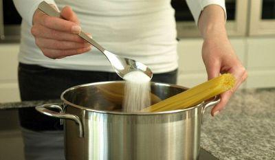 Mettere il sale prima che l'acqua bolla è sbagliato? Risponde la scienza