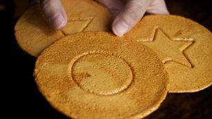 """Come fare in casa i dalgona, i biscotti di """"Squid Game"""""""