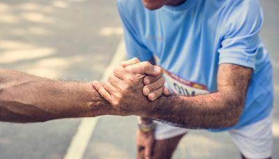 Percorre più di 900 chilometri a piedi: l'impresa solidale