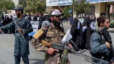 La manifestazione delle donne afgane a sostegno dei talebani