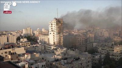 Gaza, l'attacco aereo israeliano abbatte la torre di Al-Sharouk di 14 piani