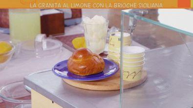 Granita al limone con brioche siciliana