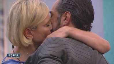 Ancora un bacio tra Antonella Elia e Pietro