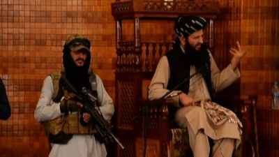 Kabul, preghiera del venerdì sotto gli occhi e i mitra talebani