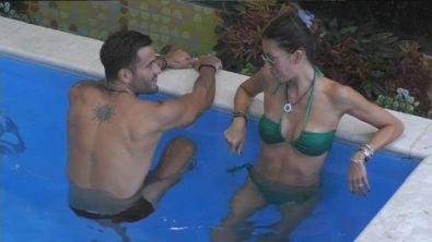 Elisabetta Gregoraci in piscina con Pierpaolo Pretelli