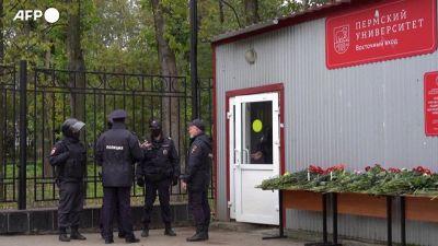 Lutto a Perm, fiori bianchi e rossi per le vittime della sparatoria