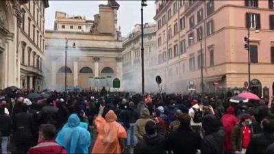 """Protesta dei ristoratori a Roma """"Io apro"""", petardi contro agenti"""