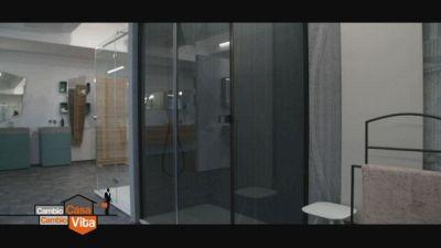 Una grande doccia per il bagno