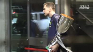 La Juve torna in Italia, Szczesny si coccola la Coppa