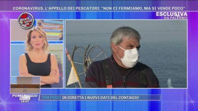 Coronavirus: in barca con i pescatori che continuano a lavorare
