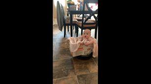 La bimba a spasso con l'aspirapolvere: il video è tutto da ridere