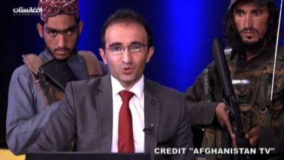 Il conduttore tv accerchiato dai talebani con i mitra in studio
