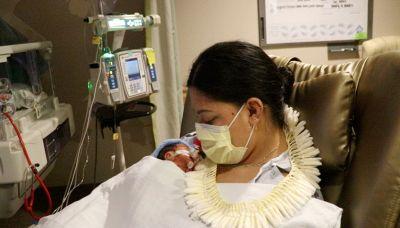 Non sapeva di essere incinta e partorisce su un volo per le Hawaii