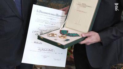 Quirinale, Mattarella consegna l'onorificenza di 'Grande Ufficiale' a Roberto Bolle