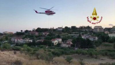 Bovino finisce in un fossato, lo straordinario salvataggio in elicottero