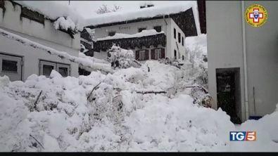 Alto Adige, valanga fra le case