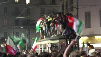 Europei, tifosi in festa salgono sul tetto del tram a ballare a Milano