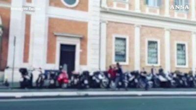 Roma, armato di coltello in stazione Termini, la polizia spara per fermarlo