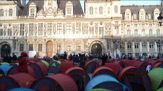 Parigi, 250 migranti senza alloggio accampati davanti al Comune