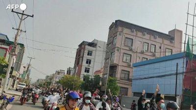 Myanmar, corteo di motociclisti in protesta per le strade di Mandalay
