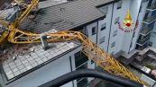 Maltempo, i vigili del fuoco al lavoro per rimuovere una gru crollata a Rozzano