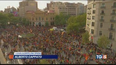 Barcellona paralizzata. Folla oceanica, scontri