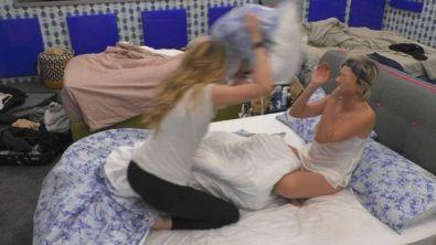 Battaglia di cuscini tra Licia Nunez e Antonella Elia