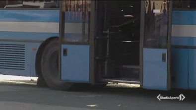 A 3 anni dimenticato sul bus