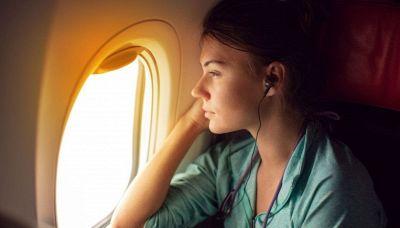 Viaggio in aereo, perché non bisogna appoggiarsi al finestrino