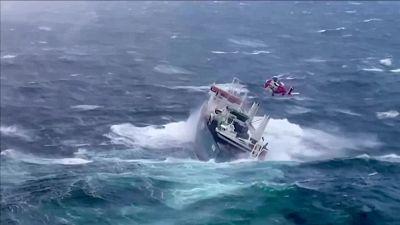 La nave rischia di affondare: il salvataggio è da brividi