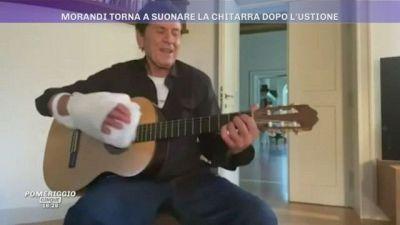 Gianni Morandi torna a suonare la chitarra dopo l'ustione