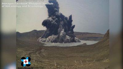 La spettacolare eruzione del vulcano Taal